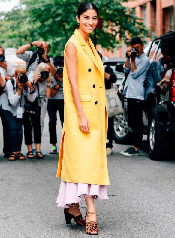 colete-longo-amarelo-street-style-animal-print-mule